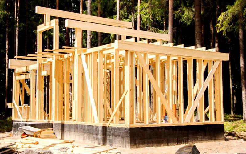 Близкий к этому вариант – каркасно-стоечные дома, особенностью которых являются максимально усиленные цельные вертикальные стойки на всю высоту строения, выполняющие роль свай
