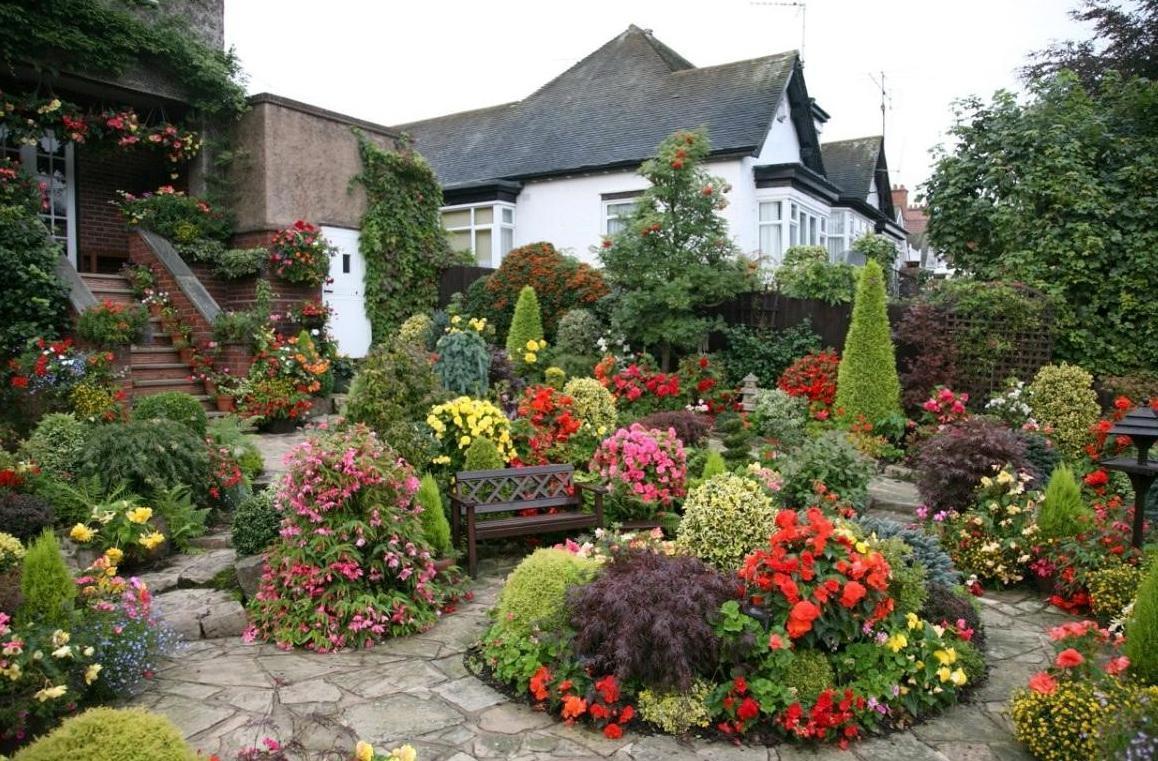 Дизайн цветов перед домом